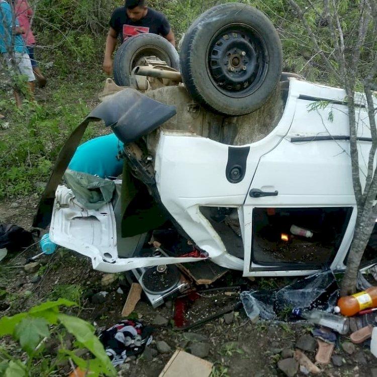 Carro capota e cai em precipício na BR 104 em Queimadas