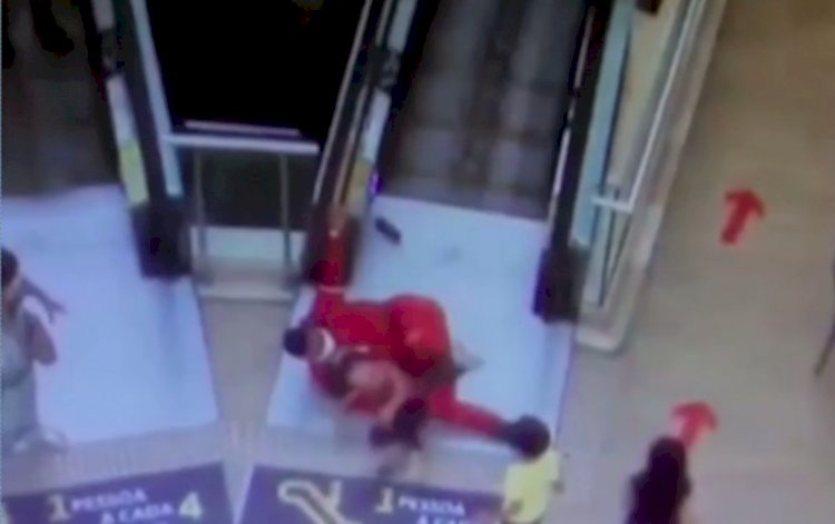 Bombeiro evita acidente de criança em escada rolante